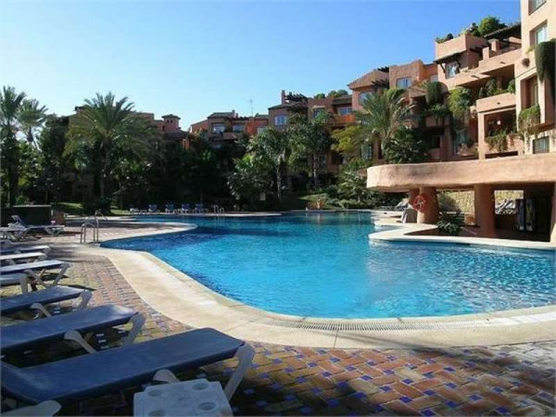 Superb penthouse apartment situated in the popular urbanisation of Oasis de Marbella, on the Golden , Spain