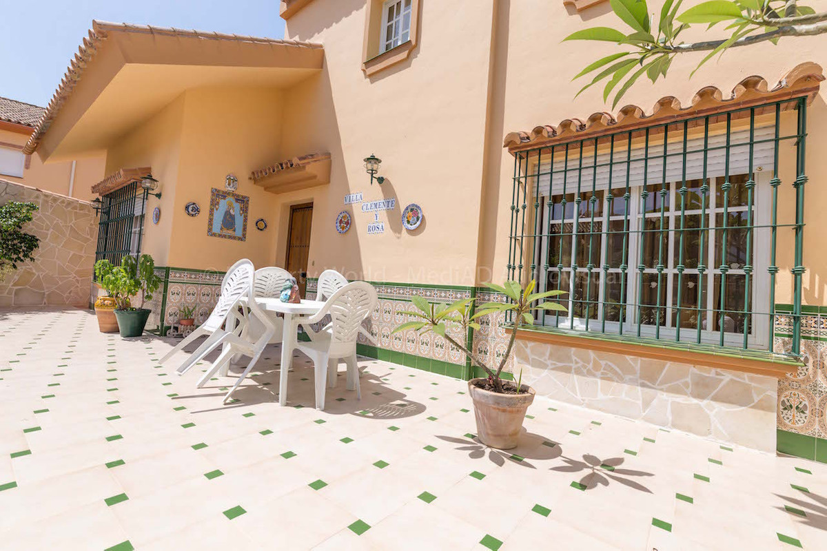 5  bedrooms townhouse situated in EL Coto, urbanization close to Fuengirola, and all amenities. The , Spain