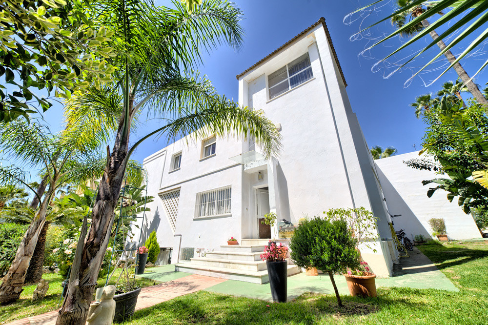 Low price opportunity !!!!  Wonderful Spacious and Bright Villa in Las Brisas. It is located in one , Spain