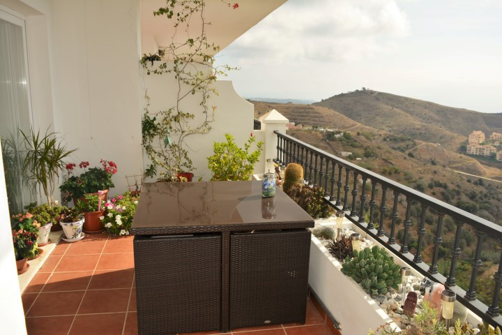 Beautiful apartment with two bedrooms and two bathrooms (one en suite) in Calahonda.  Fully equipped, Spain