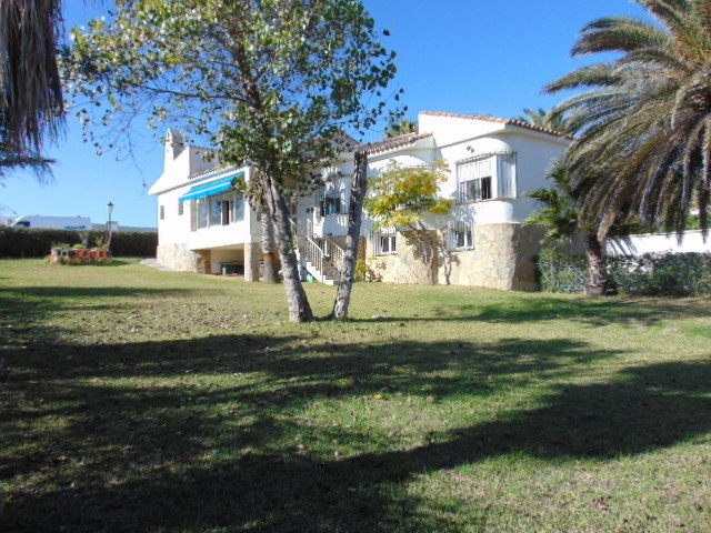 Investment just 2 minutes from Puerto de Sotogrande. Impressive sea view, large garden with lawn and, Spain