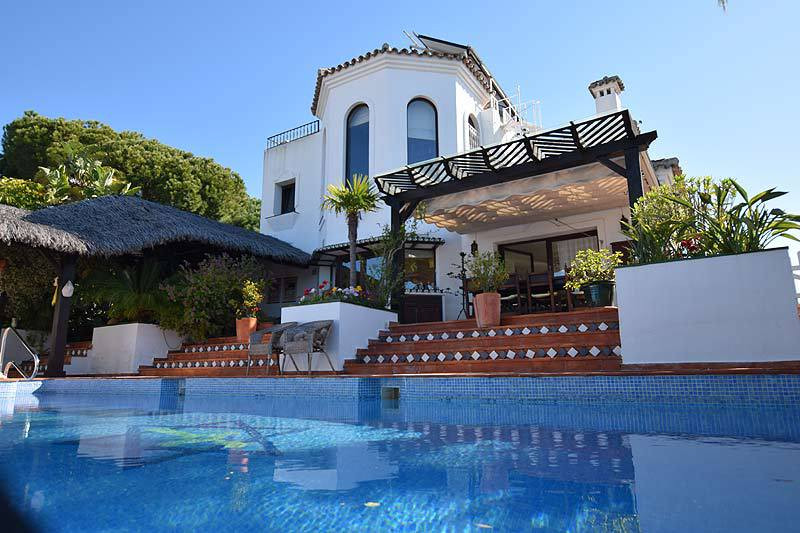 Beautiful villa of two floors and basement, very special, with guest house, overlooking the sea and , Spain