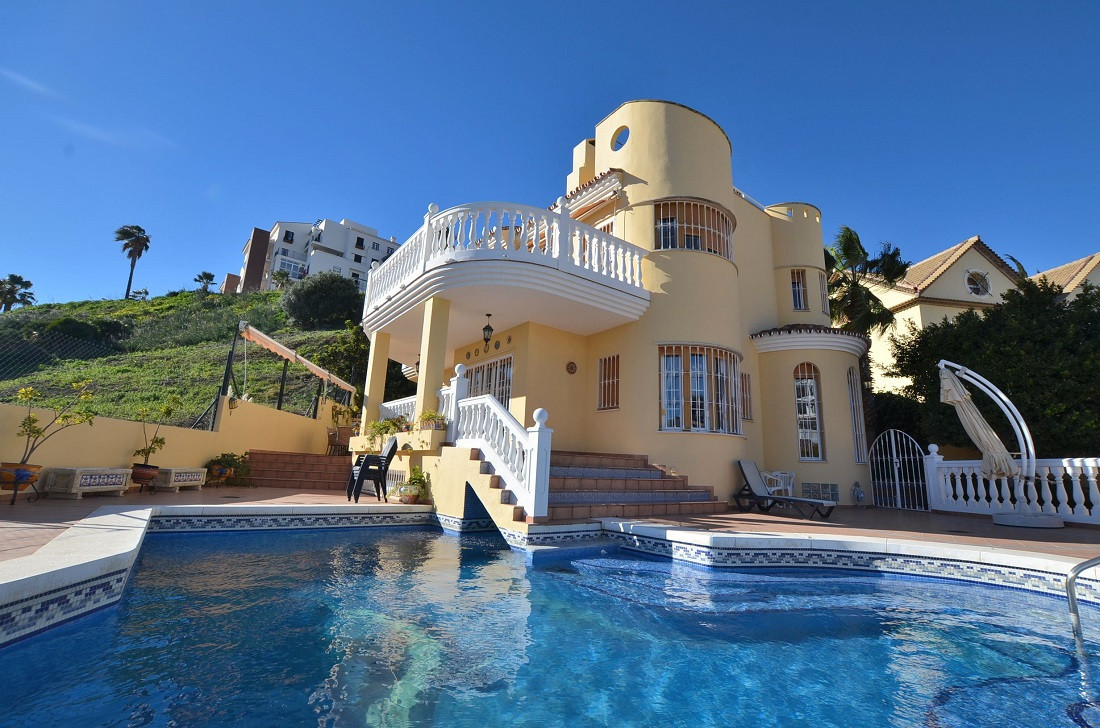 DRASTIC REDUCTION FROM 950.000 € TO 679.000 € FOR A QUICK SALE!  Nice villa located in Torrequebrada,Spain