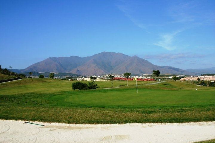 Wonderful apartment with 2 bedrooms, 2 bathrooms, garage and storage room. Views to the Golf and to ,Spain