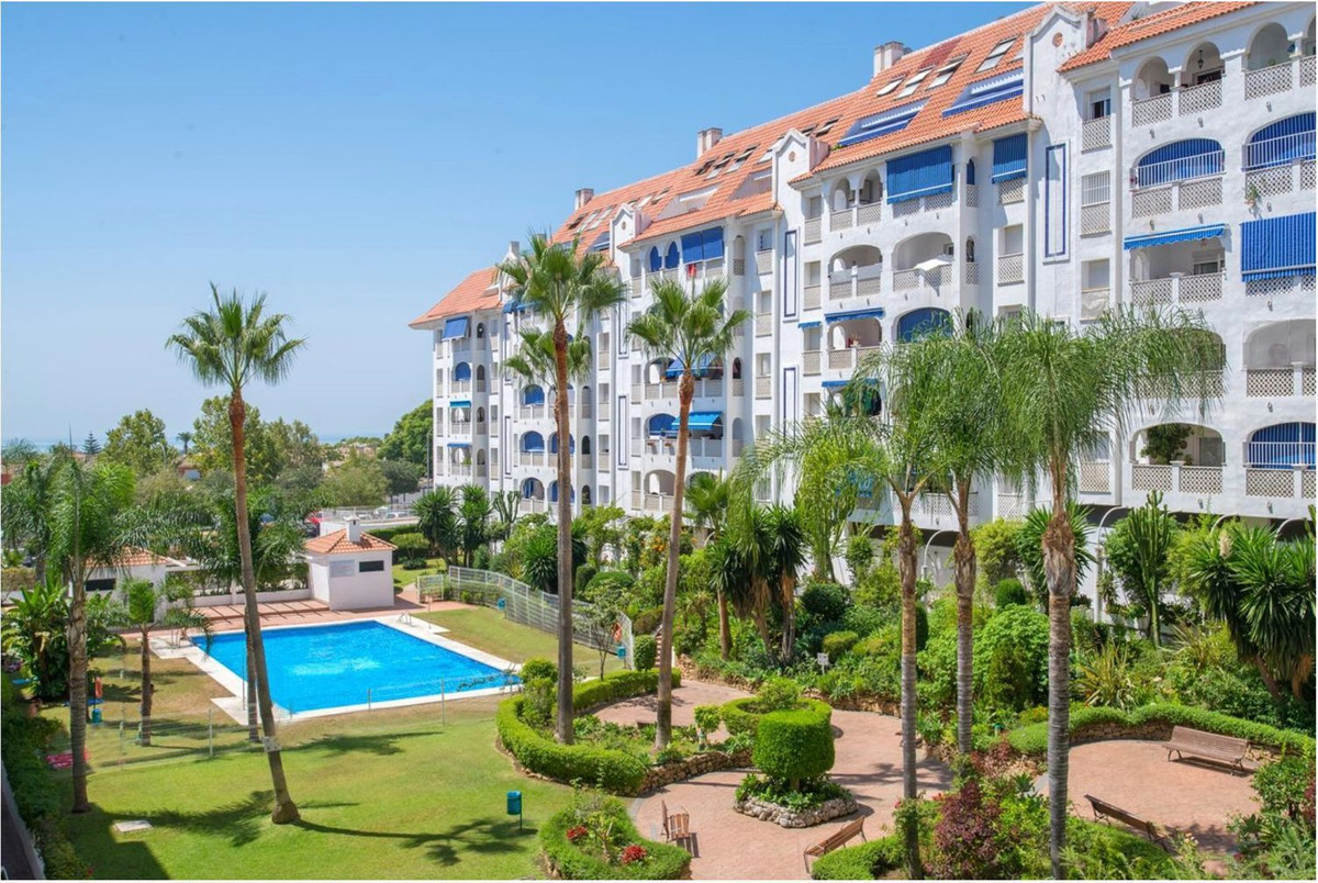 Precious apartment-garret located in one of the San Pedro most quoted zones. Composed by lounge with,Spain