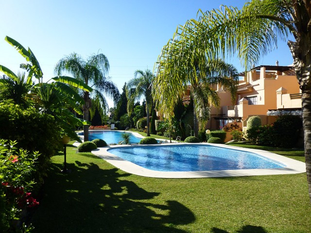 Beautiful stylish 4 bedroom townhouse located in a gated community in Oasis de Nagueles very close t, Spain