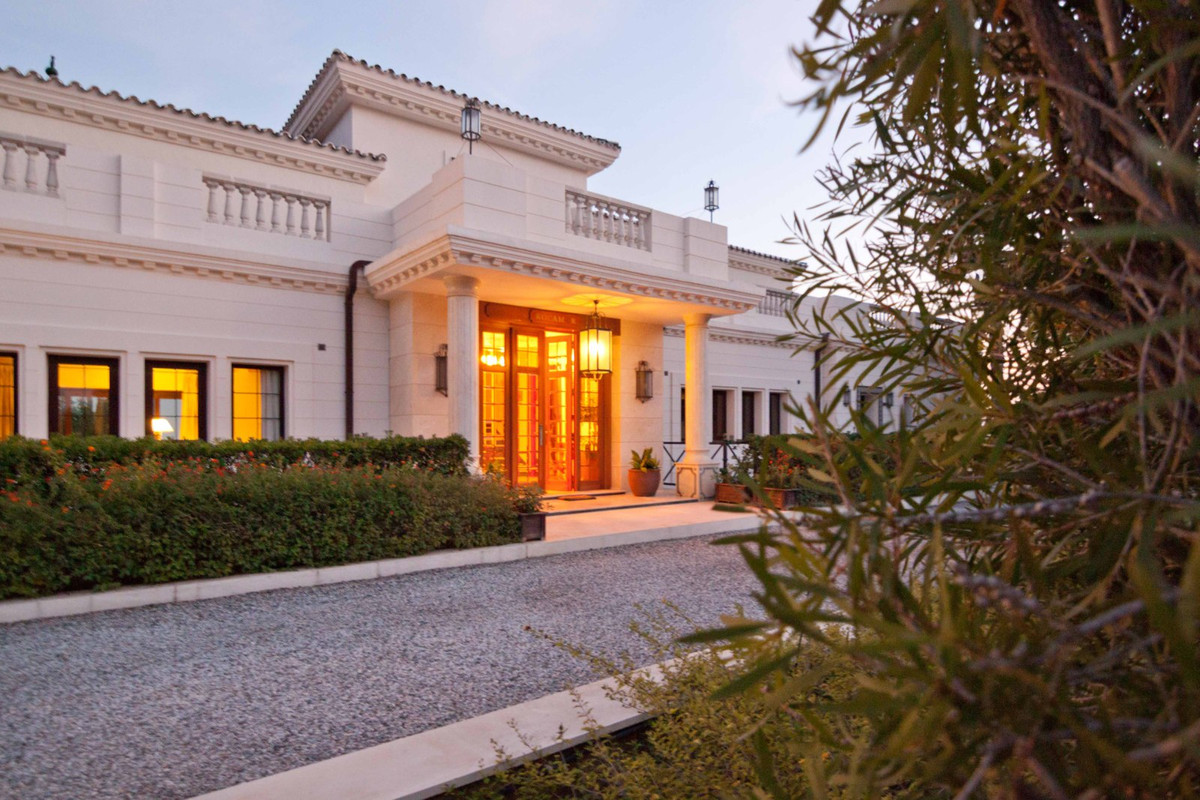 Fantastic luxury exclusive hotel, located on the Costa del Sol in exclusive area and quiet, built to,Spain