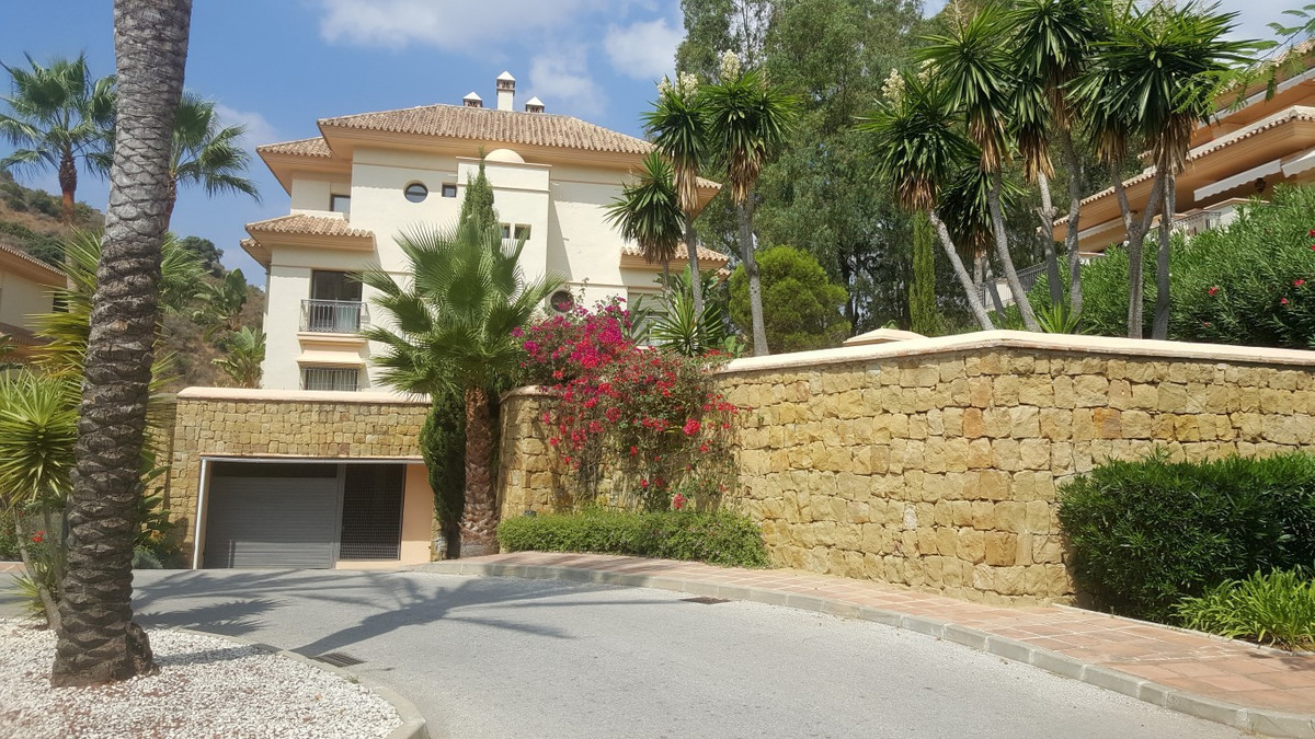 This is a fantastic and contemporary luxury apartment in Marbella, specifically in the area of ??Rio,Spain