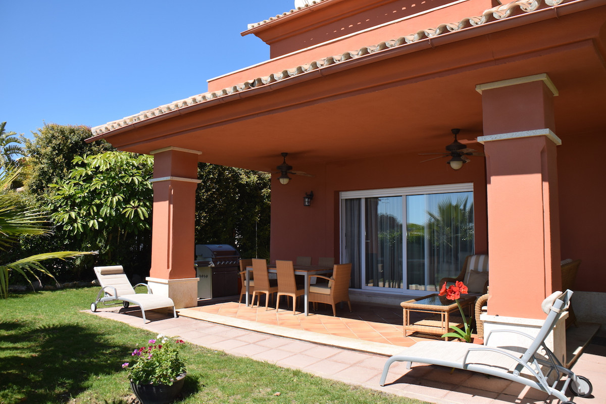 Fantastic semi-detached villa frontline golf. The house enjoys very nice views and it is plenty of l,Spain