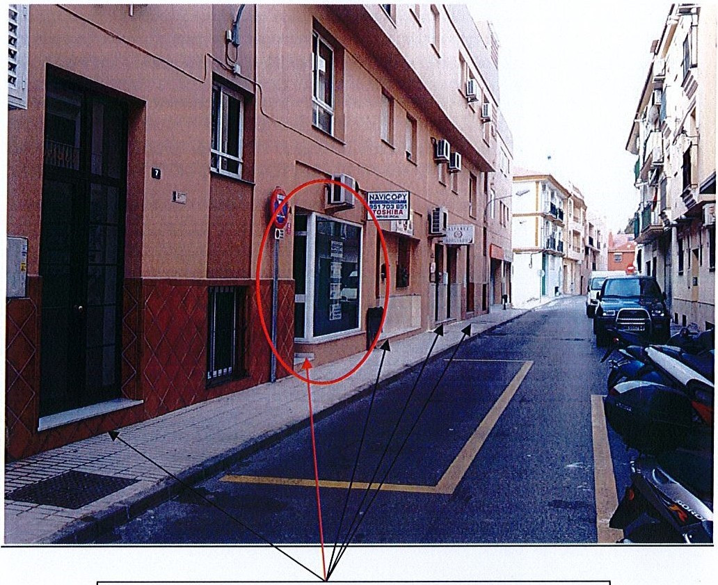 Nice size shop presently working gas an office. Close to all commercial complex and near to the La V,Spain