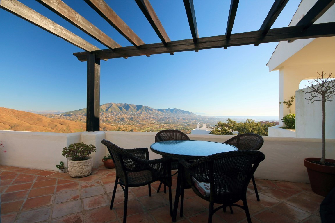 Surrounded by natural cork oak trees, pine forests and with spectacular views to the sea, lush mount,Spain