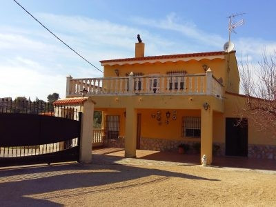 Villa of 125m2 with 5 bedrooms and 2 bathrooms on a gated plot of 2512m2. Only 1.1KM from town with ,Spain
