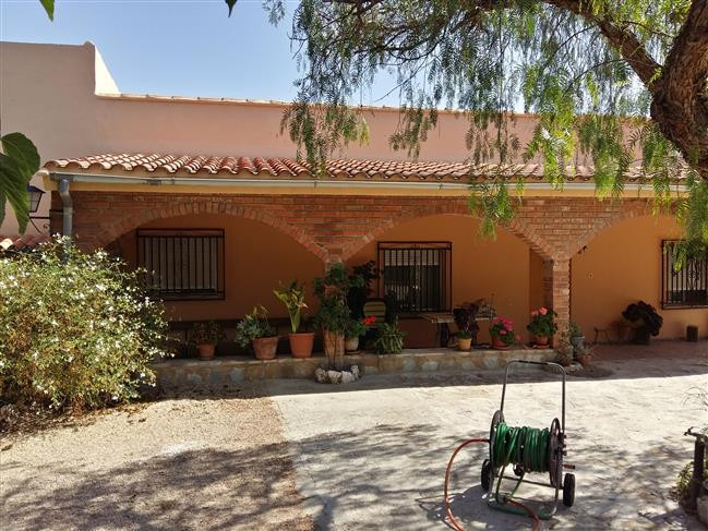 Country house of app 150m2 on a fenced plot of 2.415m2 situated in a nice, quiet area of Albaida. On, Spain