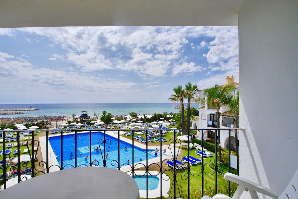This is a great beach front apartment in the Puerto Cabopino Complex in East Marbella. This property,Spain