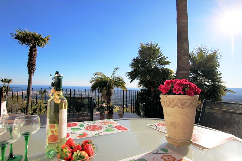 Townhouse with amazing views! Location, location. location. This charming townhouse has it all! Situ,Spain