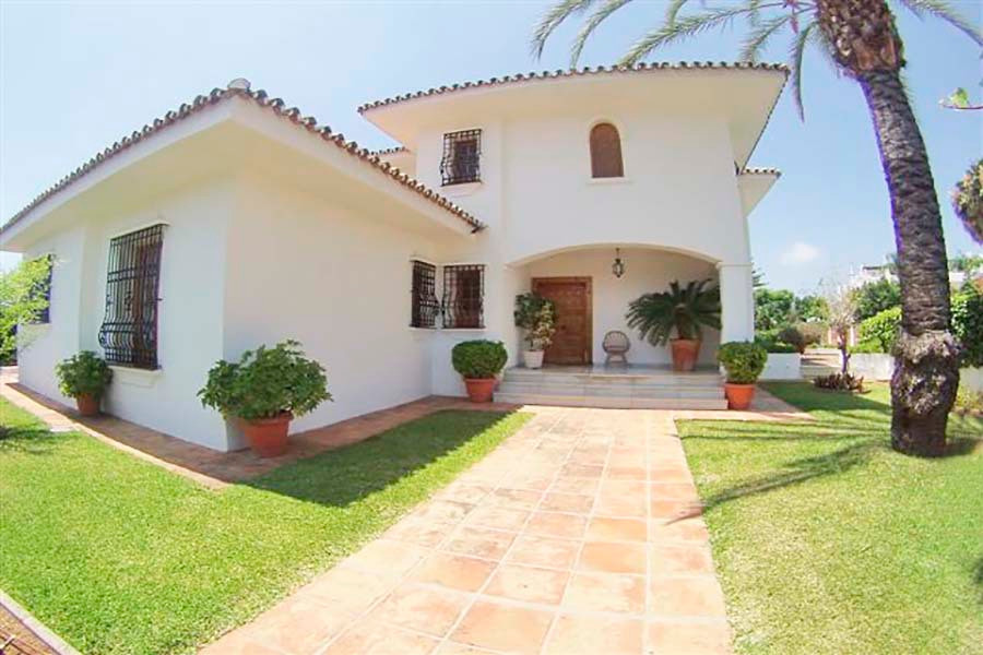 Villa in quiet area and close to the town, with all nearby and easily accessible services. 1.050m2 p, Spain