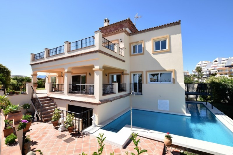 Newly built villa in Riviera del Sol, situated walking distance to the beach, golf, shops and restau, Spain