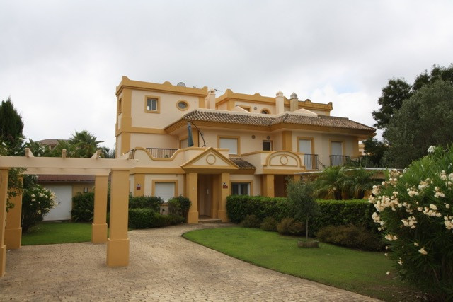 Lovely semi-detached luxury house in a nice and quiet cul-de-sac of San Roque Golf Club. Ideal for c,Spain