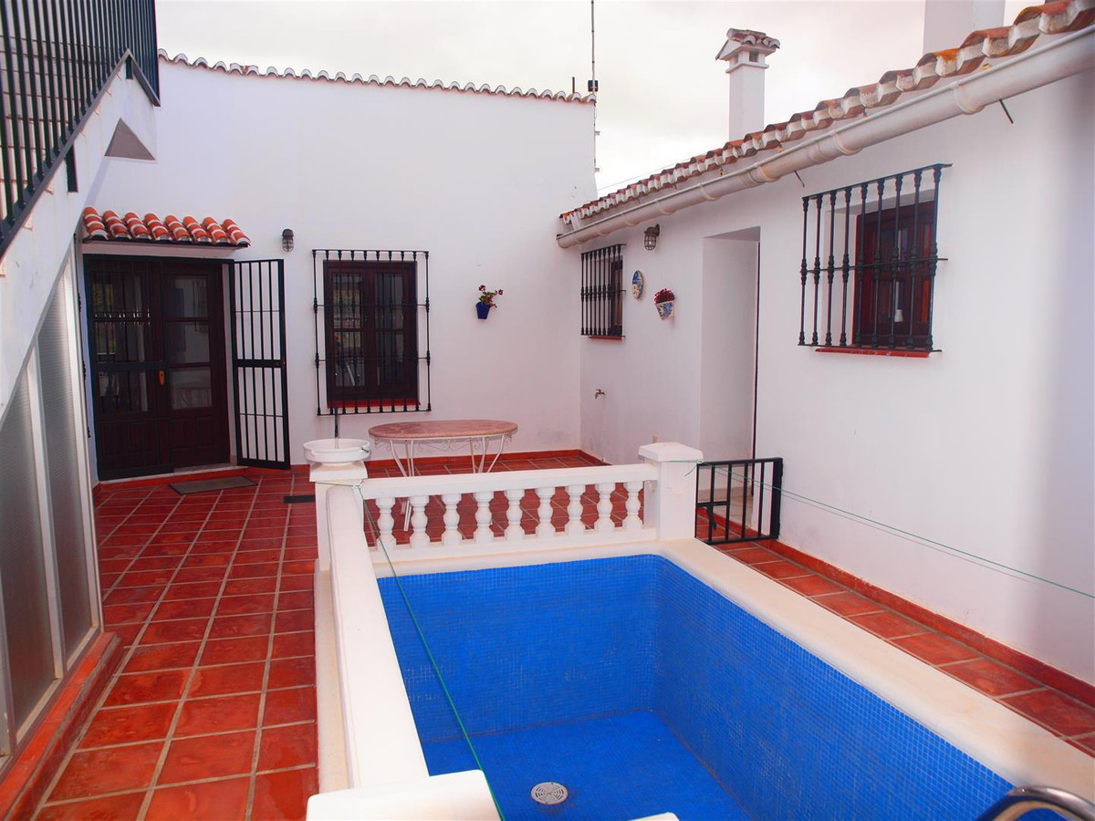 Beautiful and extensive finca in la Vinuela, with over 1,600 meters of plot. It has a 105 metres hou,Spain