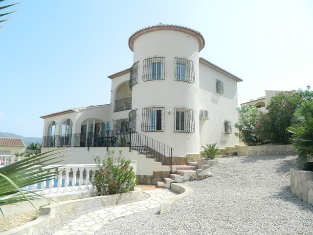 An immaculate 4 Bedroom, 3 Bathroom Detached Villa located on a quiet residential development close ,Spain