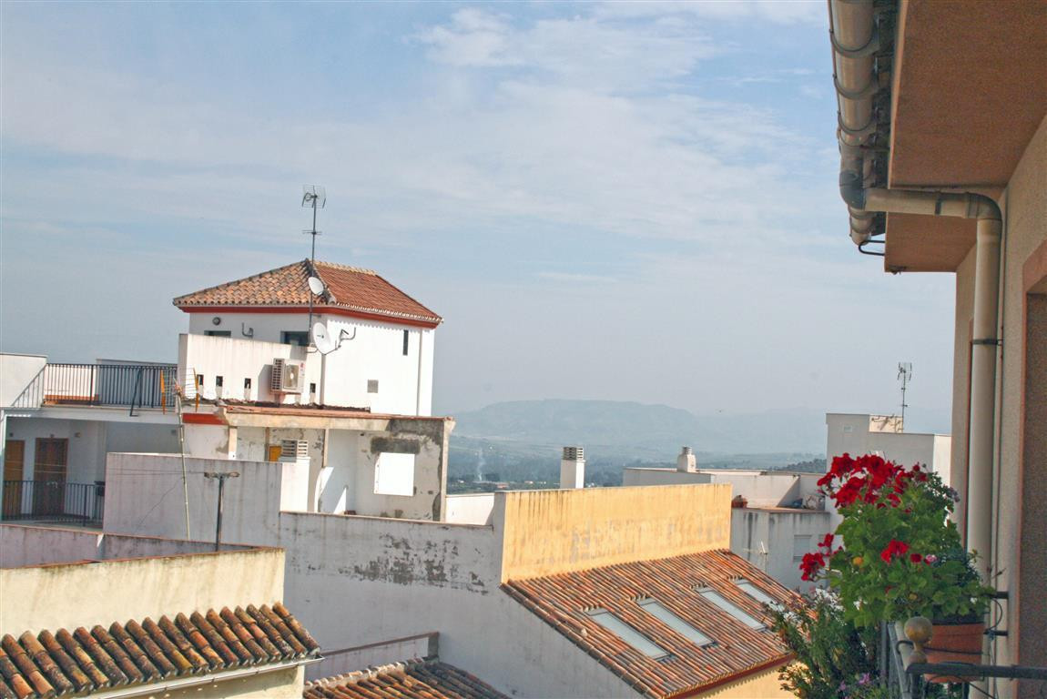 Spacious and bright townhouse in the centre of Coin. The property has two independent entrances, 4 b, Spain