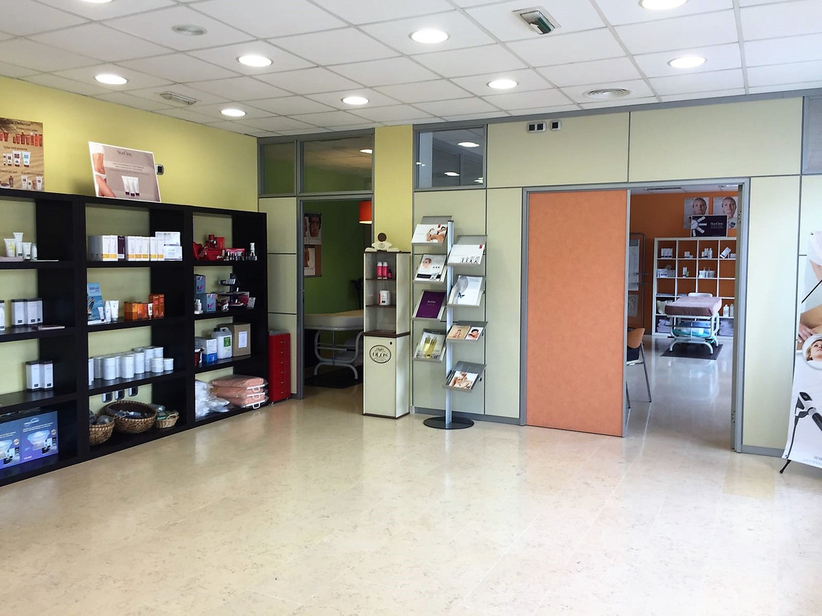 Local in Palma, Clinica Juaneda area with 124 m2 with office, large room, bathroom,smoke outlet , on, Spain