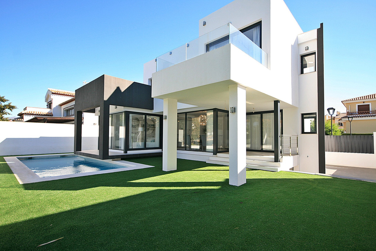 Fantastic opportunity to purchase a brand new contemporary detached villa within a short flat walk o, Spain