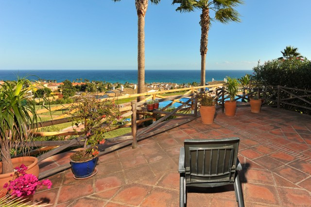 Beautifully presented, bright and spacious elevated ground floor apartment offering 2 double bedroom,Spain