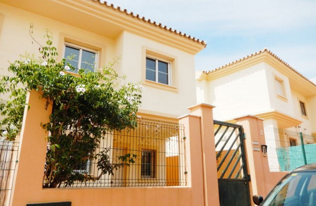 BANK REPOSSESSED, OFFERS WELCOME!!   Luminous semi-detached villa situated in a coastal area, on the,Spain