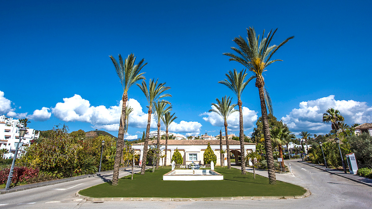 NEW - GUARANTEED INVESTMENT IN FRONT OF GOLF  Magnificent independent villa very cozy and bright, in, Spain