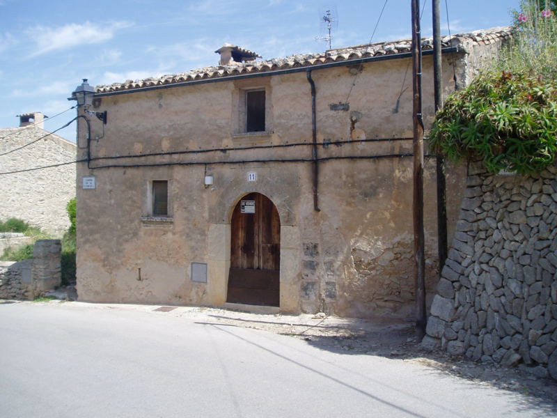 Townhouse with lots of character in need of renovation  Living area 100 m2, garden of 200 m2, 3 bedr,Spain