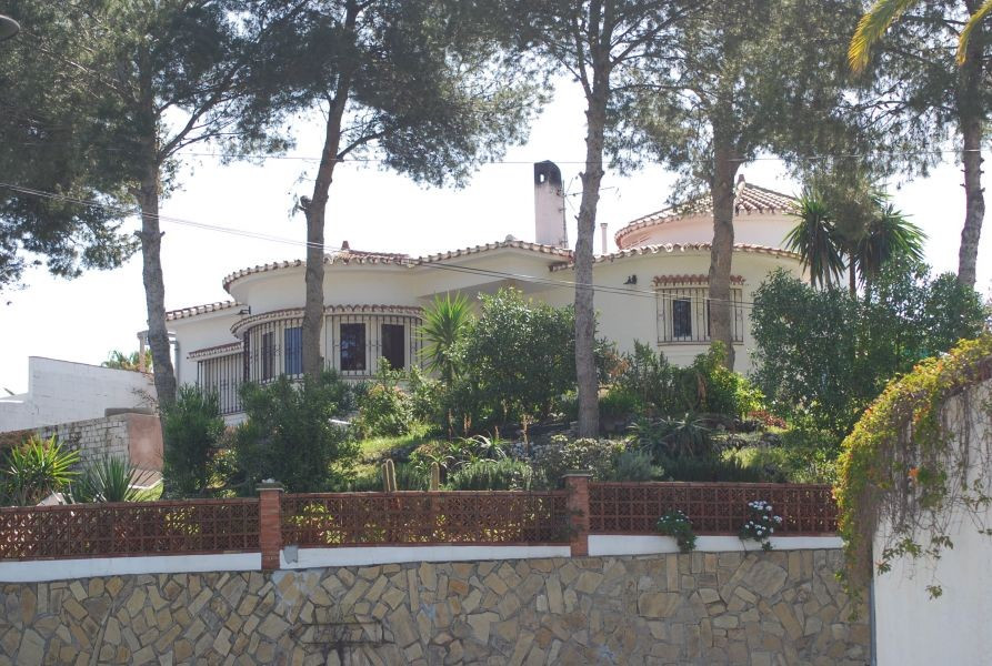 Superb villa in a much sought-after location, with views to the golf course, mountains and sea, clos, Spain