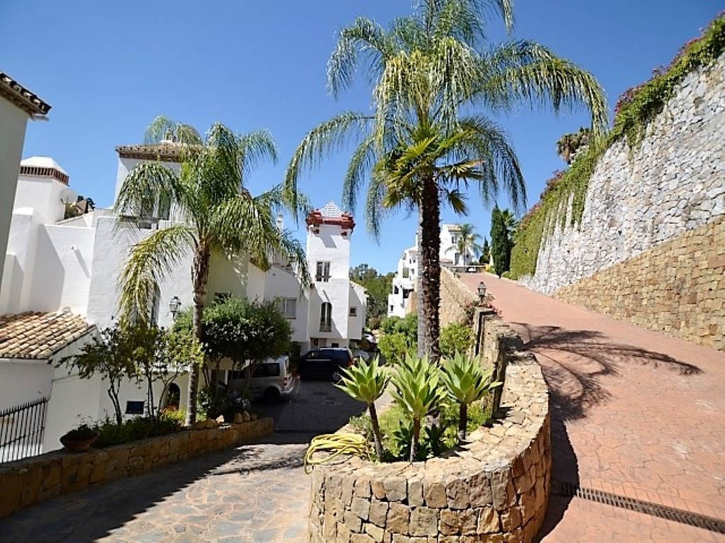 Excellent 3 bedroom front line golf townhouse on the established well maintained development of Eagl, Spain