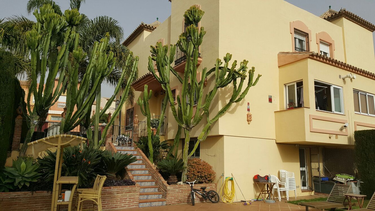 Semi-detached house situated on a plot of 500 m2 with private pool and garden. The house has a floor,Spain