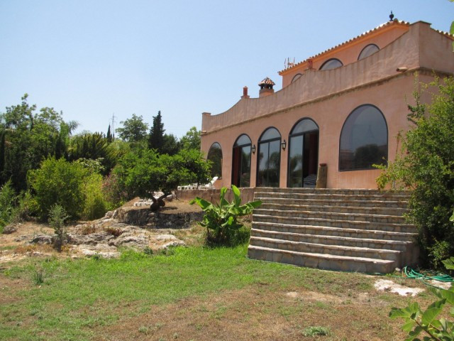 Villa very well located close to golf with beautiful sea and mountain views situated on a large plot,Spain