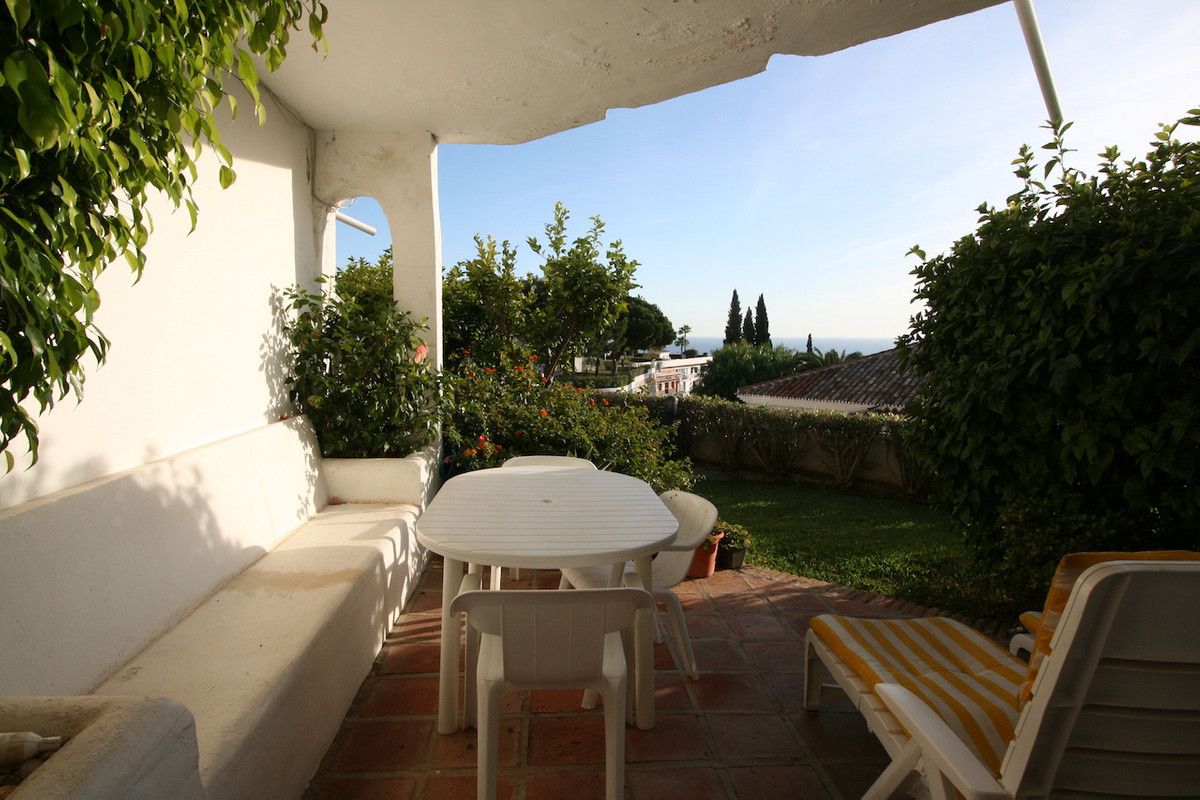 Located in the very quiet and well maintained urbanisation of La Cornisa, with good road access, you Spain