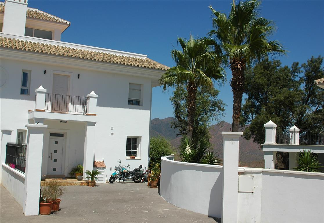 Newly remodeled semi-detached villa in a small, gated community of 9 paired townhouses in quiet natu, Spain