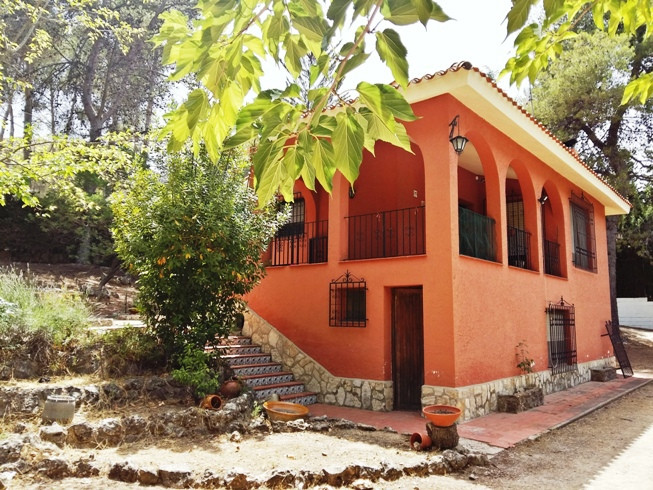 Pretty house of about 130m2 on a plot of 2090m2 in the leafy area of Pou Clar, near Ontinyent. Fence, Spain