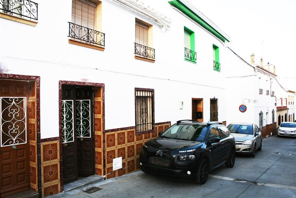 Excellent townhouse in the centre of Alhaurin el Grande. A little reform is required but it has a gr, Spain