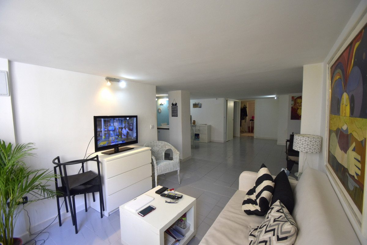 Modern and refurbished in the center of Arroyo de la Miel, large loft great an investment! Ready to ,Spain
