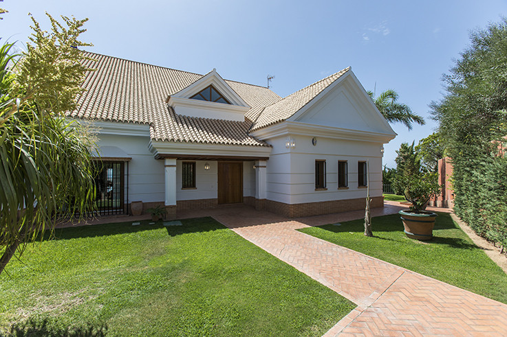 Luxury front line golf villa .  This property is one of the best high quality villas in Los Monteros,Spain
