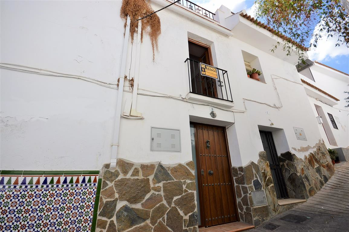 *Price Reduction* - fantastic opportunity! Traditional, fully reformed 2 bedroom townhouse in the qu, Spain
