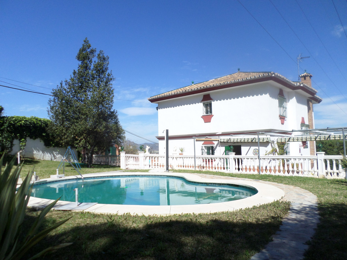 Chalet for sale in Alhaurin de la Torre, with 4 bedrooms, 2 bathrooms, separate lounge with fireplac, Spain