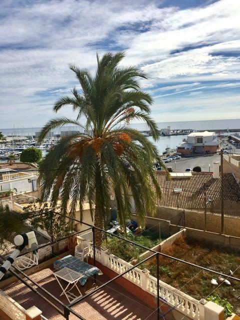 Impeccable apartment close to the port of El Campello with partial sea view and 3 bedrooms.  This be Spain