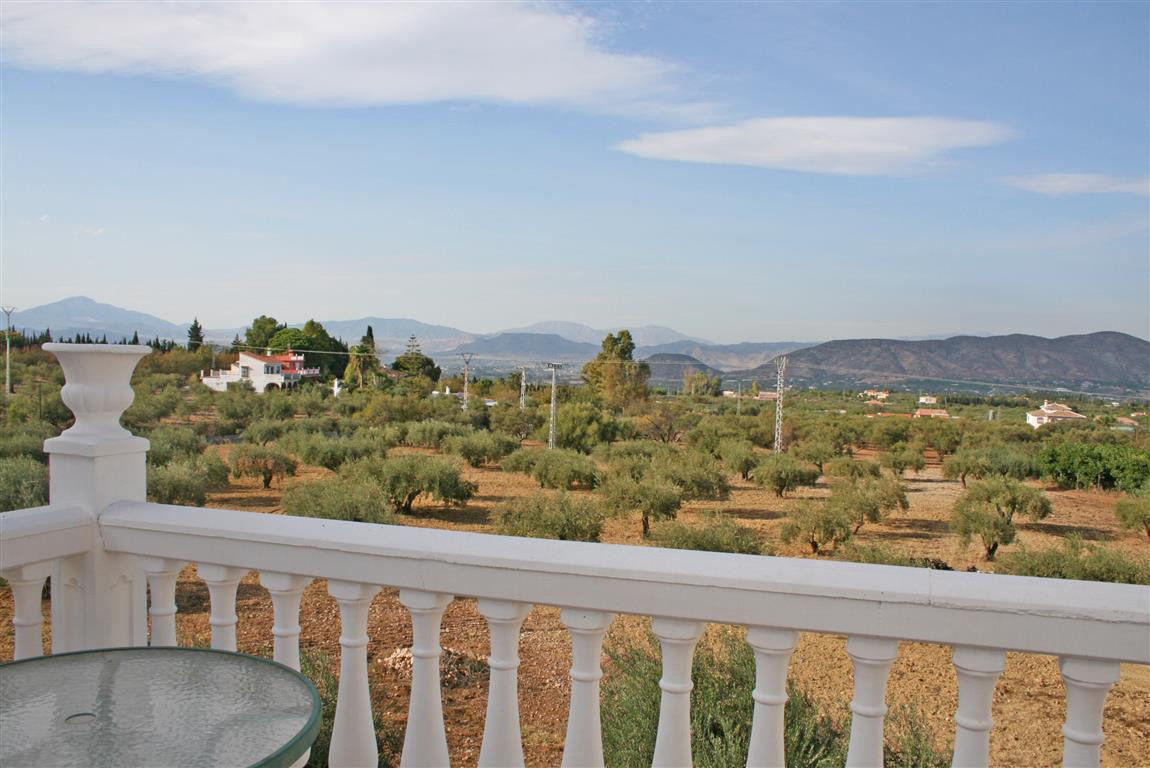 Spacious 3 bedroom, 2 bathroom townhouse with large terraces (both at the back and front of the prop,Spain