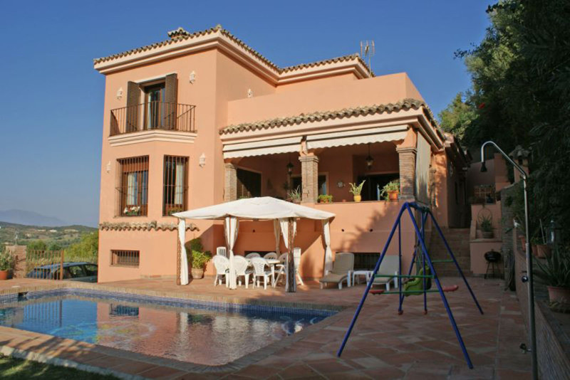 Impressive villa in San Roque.  Located between two of the most important golf courses on the coast,,Spain