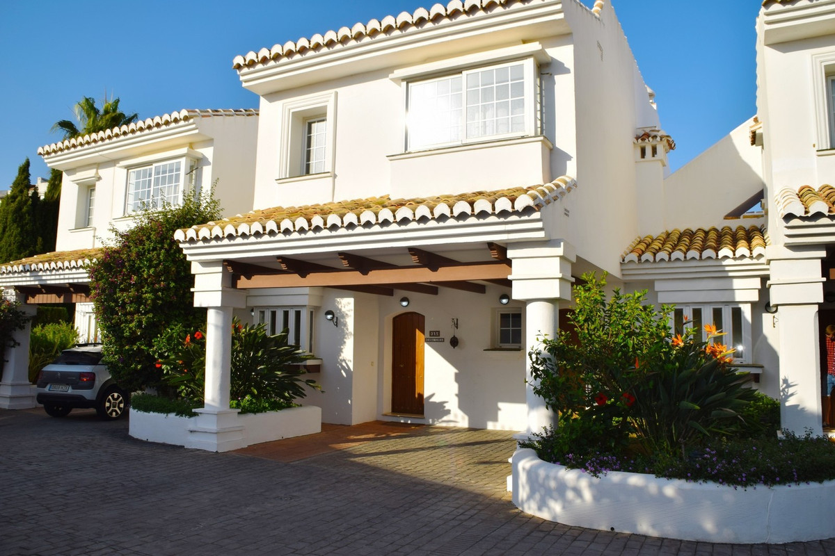 Exceptional views of the golf course Semi-detached house on the golf course This beautiful property ,Spain