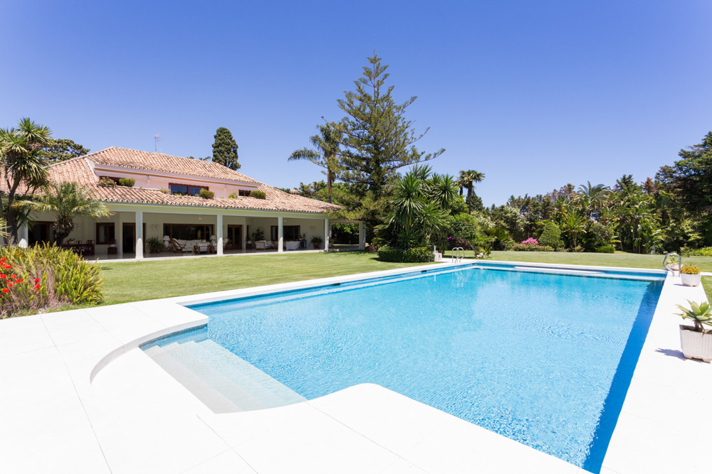Splendid property of great dimensions in Guadalmina Baja, Marbella Located in the heart of Guadalmin, Spain