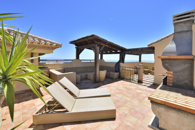 Amazing 3 bed duplex penthouse located within a well established community in the Benalmadena Puerbl,Spain