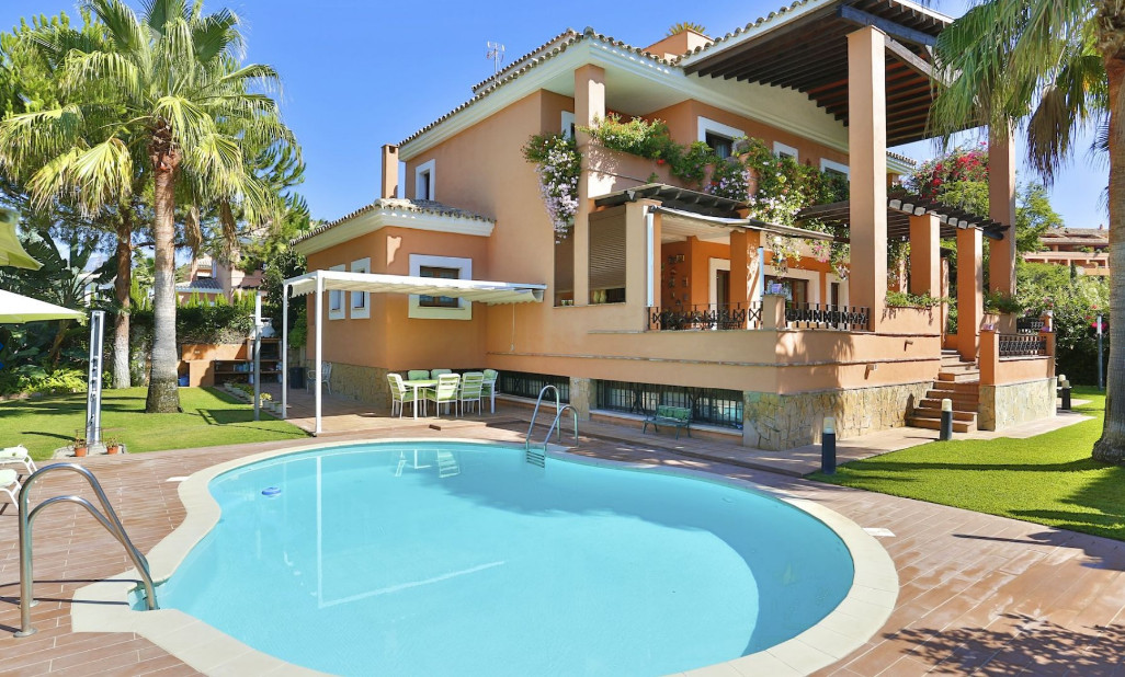 Fantastic villa a few meters from the beach facing south. Built on 2 levels plus solarium and baseme, Spain